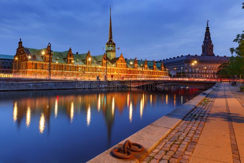 Boersen och Christiansborg i Köpenhamnen, Danmark royaltyfri fotografi