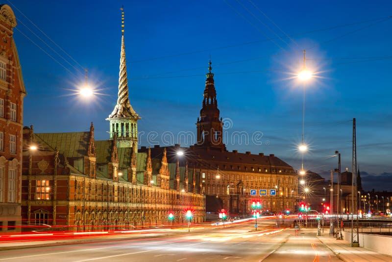 Boersen y Christiansborg en Copenhague, Dinamarca imágenes de archivo libres de regalías