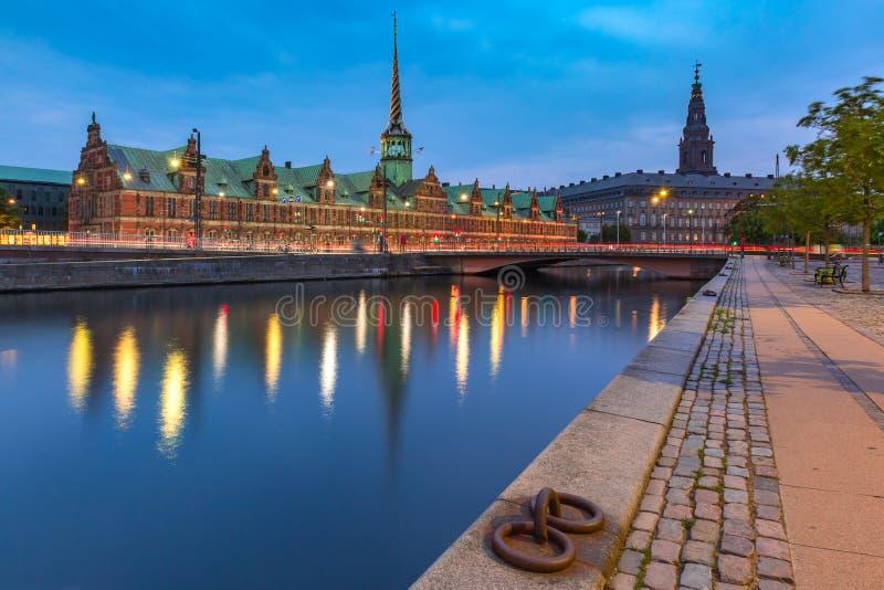 Boersen y Christiansborg en Copenhague, Dinamarca imagenes de archivo
