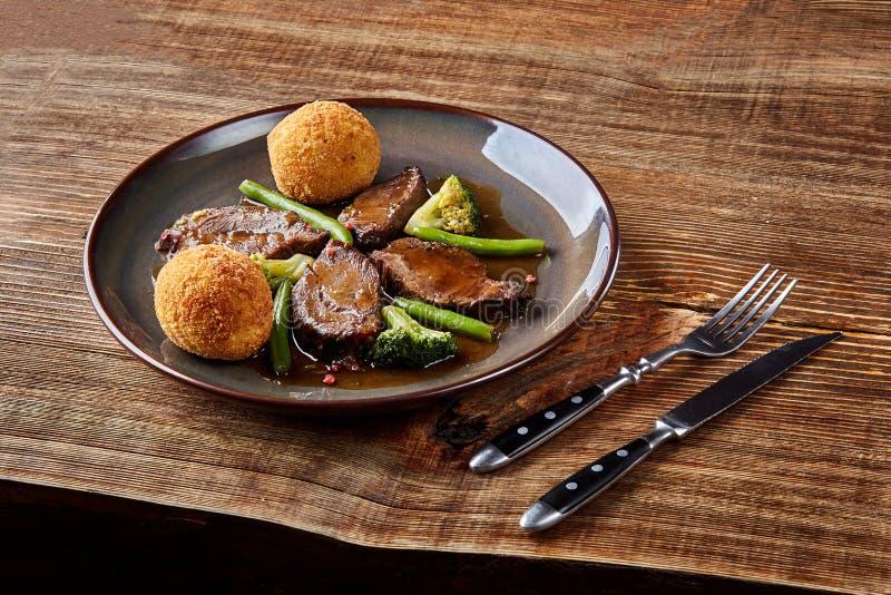 Boeuf cuit avec des légumes sur la fin en bois de fond  Paraboloïdes chauds de viande Vue supérieure photos libres de droits