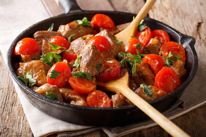 Boeuf cuit en sauce épicée avec des tomates et verts en gros plan Ho photographie stock libre de droits
