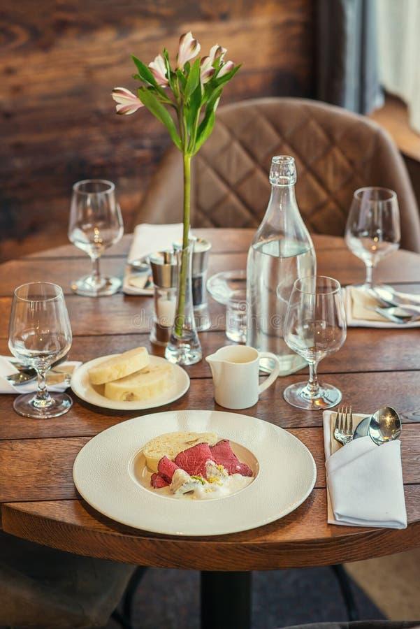 Boeuf délicieux avec de la sauce et des boulettes à raifort servies du plat blanc, photographie de produit pour la gastronomie images libres de droits