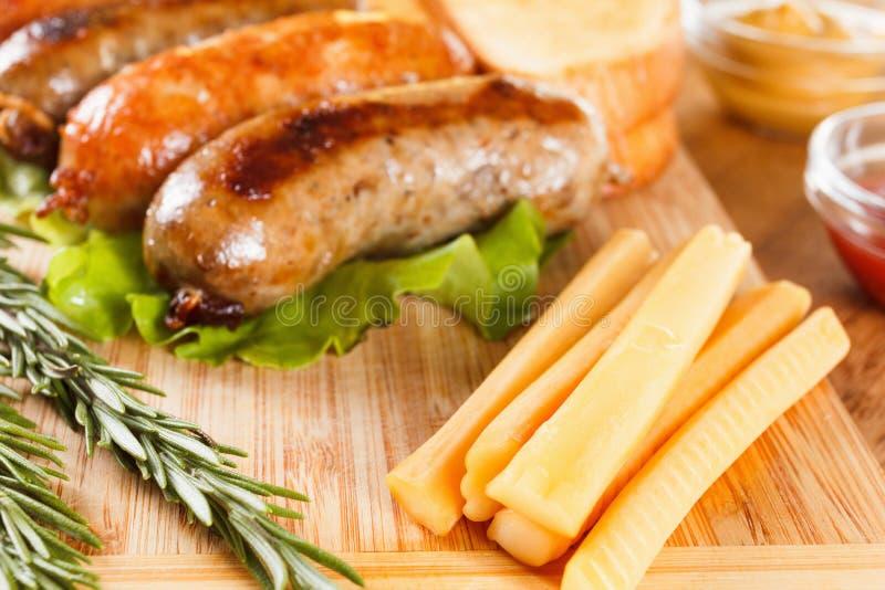 Boeuf de bière et de rôti ou saucisse de poulet photographie stock libre de droits