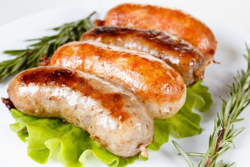 Boeuf de rôti ou saucisse de poulet d'un plat photographie stock libre de droits