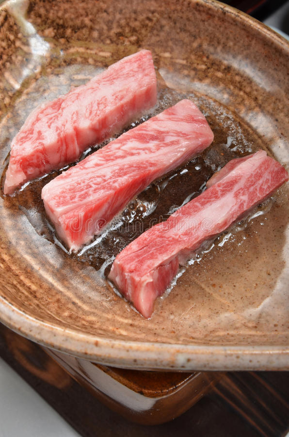 Boeuf de rôti de plat d'argile photo stock