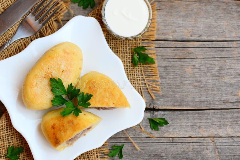 Boeuf haché rôti et pomme de terre zrazy d'un plat de portion Fourchette, sauce à crème sure dans un bol en verre sur un fond en  photo stock