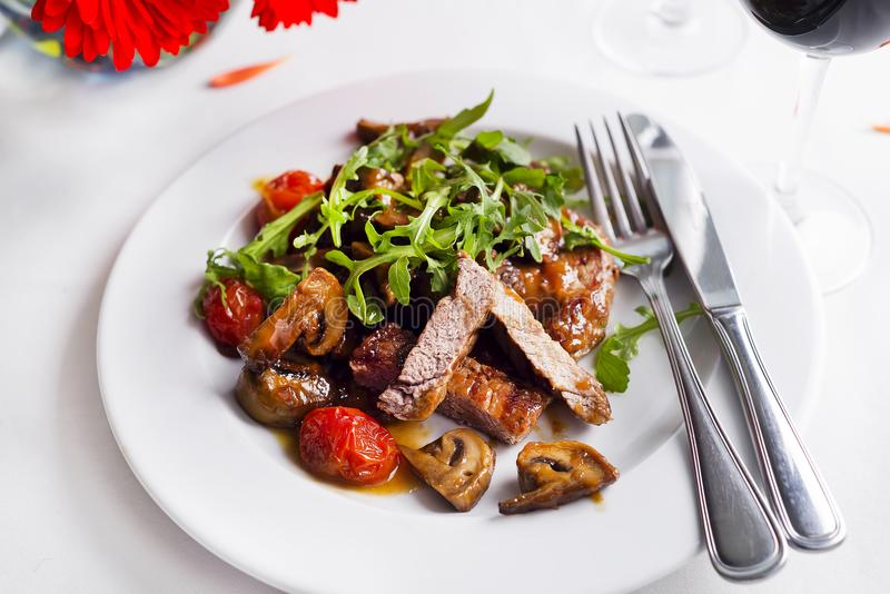 Boeuf rare moyen de bifteck juteux avec des épices et des légumes grillés photographie stock libre de droits