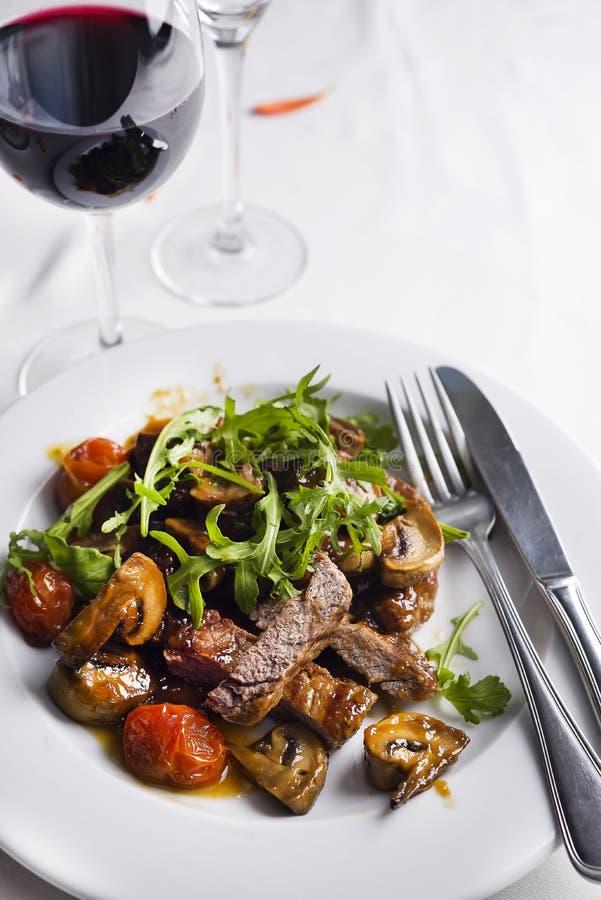 Boeuf rare moyen de bifteck juteux avec des épices et des légumes grillés photo stock