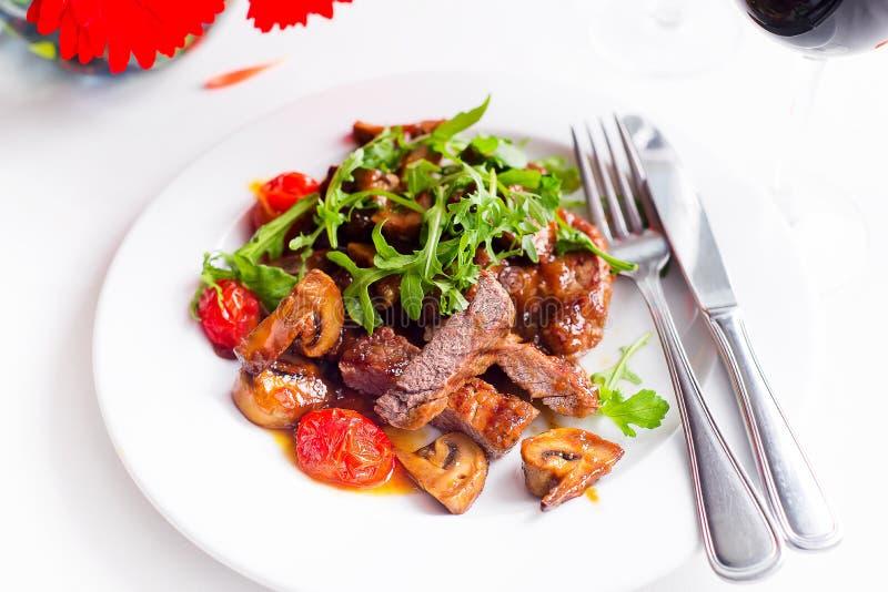 Boeuf rare moyen de bifteck juteux avec des épices et des légumes grillés photographie stock