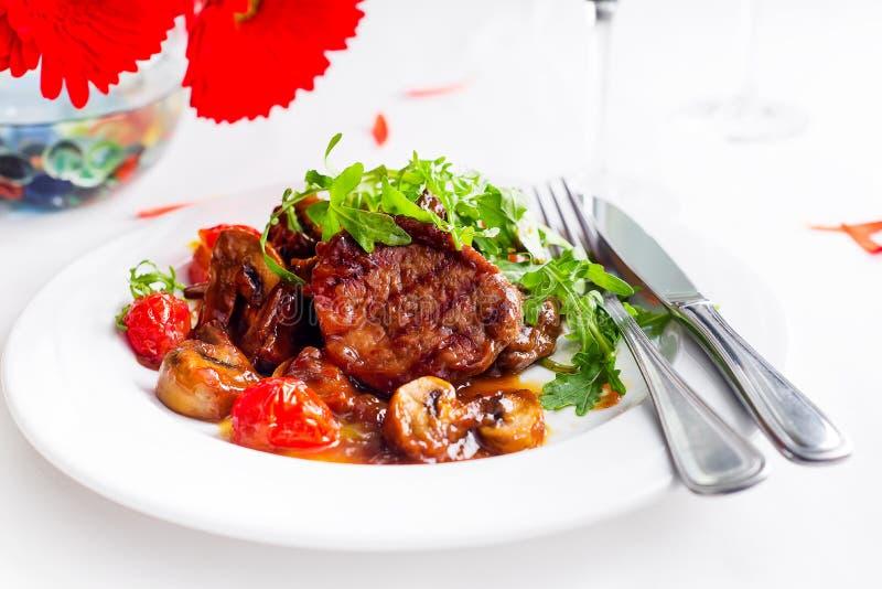 Boeuf rare moyen de bifteck juteux avec des épices et des légumes grillés images stock