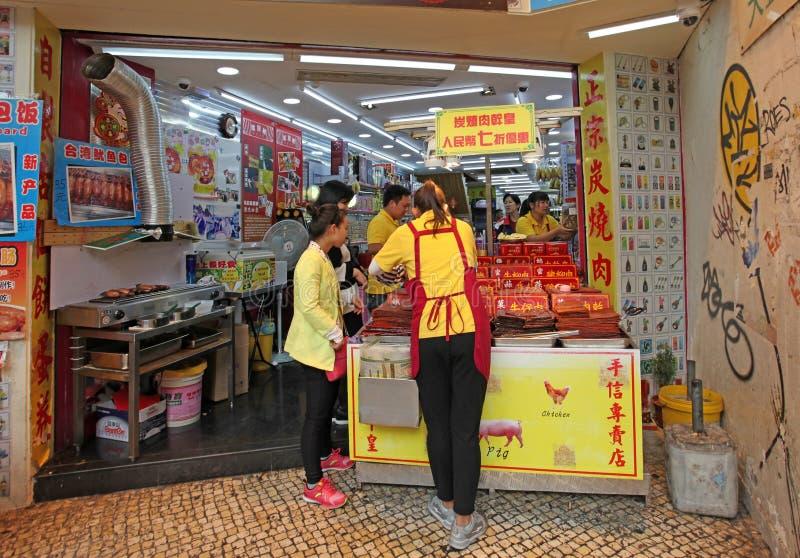 Boeuf séché de viande et porc épicés, nourriture asiatique traditionnelle dans la boutique de Macao image stock