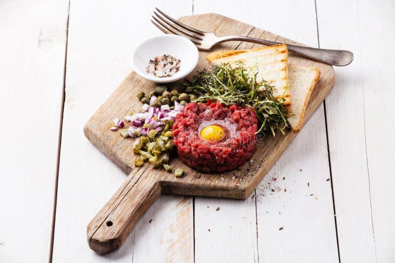 Boeuf tartare avec les câpres et l'oignon photographie stock