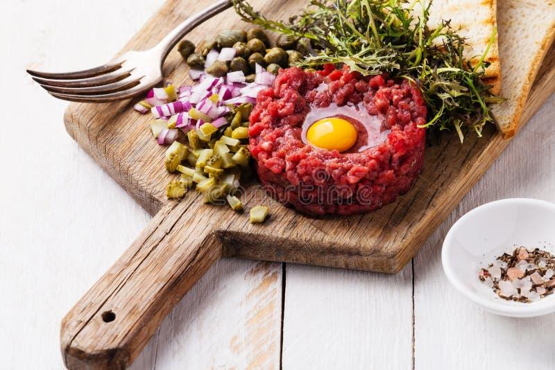 Boeuf tartare avec les câpres et l'oignon images stock