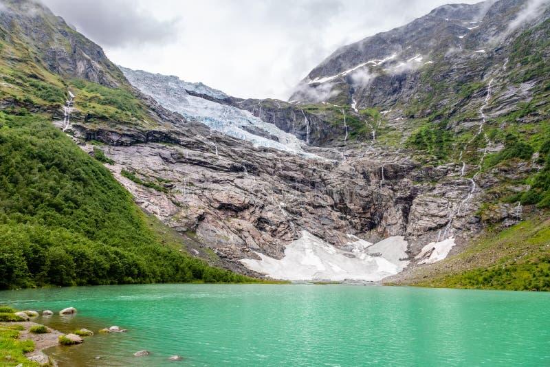 Boeyabreen-Gletscher in den Bergen mit See im Vordergrund, Nationalpark Jostedalsbreen, Fjaerland, Norwegen stockfotografie