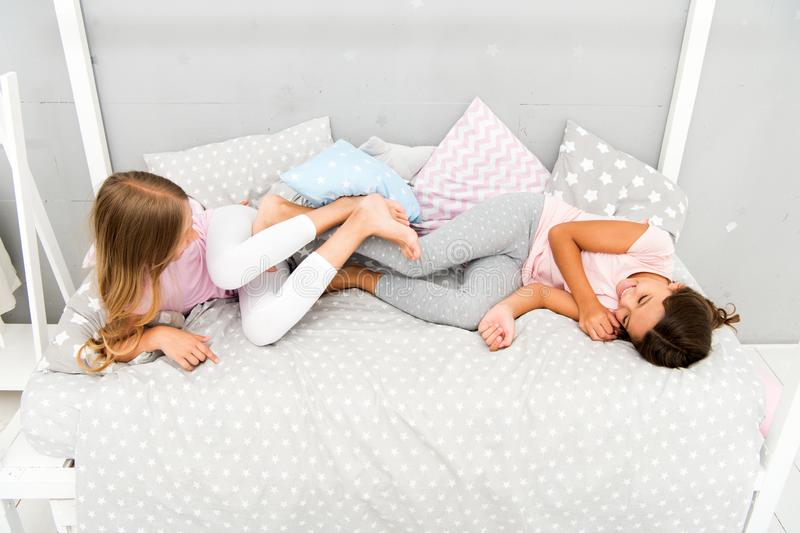 Boezemvrienden Pyjama'spartij Meisjeszusters die pret hebben Zusters gekscheren die thuis lachen Comfortabel gesprek Zusters of stock fotografie
