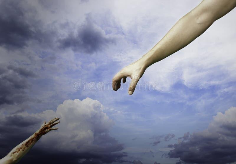 Boga rozciągania ręka W kierunku biedy i cierpienie mężczyzny zdjęcie royalty free