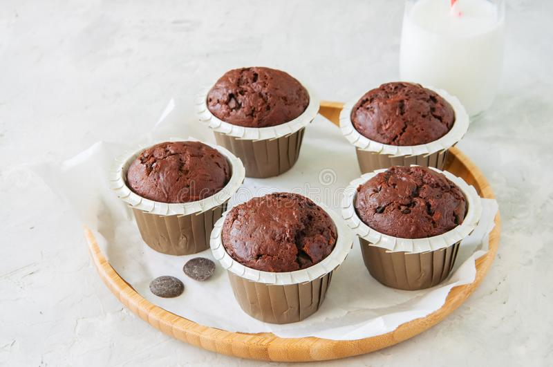 Bogaci czekoladowi zucchini muffins na drewnianym round talerzu biały s fotografia royalty free