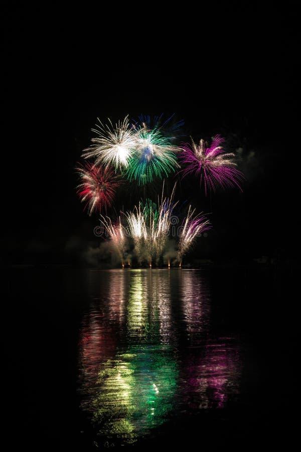 Bogaci fajerwerki nad Brno tamą z jeziornym odbiciem zdjęcia stock