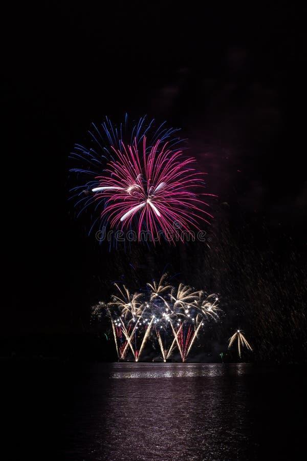 Bogaci fajerwerki nad Brno tamą z jeziornym odbiciem zdjęcie royalty free
