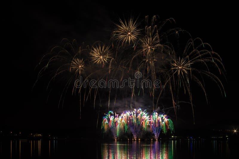 Bogaci i kolorowi fajerwerki nad powierzchnią Brno tama z jeziornym odbiciem obrazy royalty free