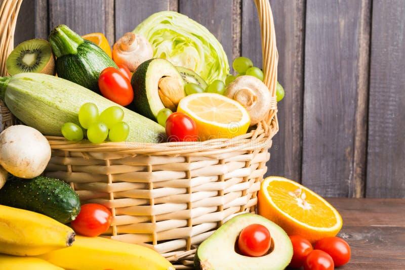 Bogaci owoc i warzywo z pieczarkami w koszu zdjęcia stock