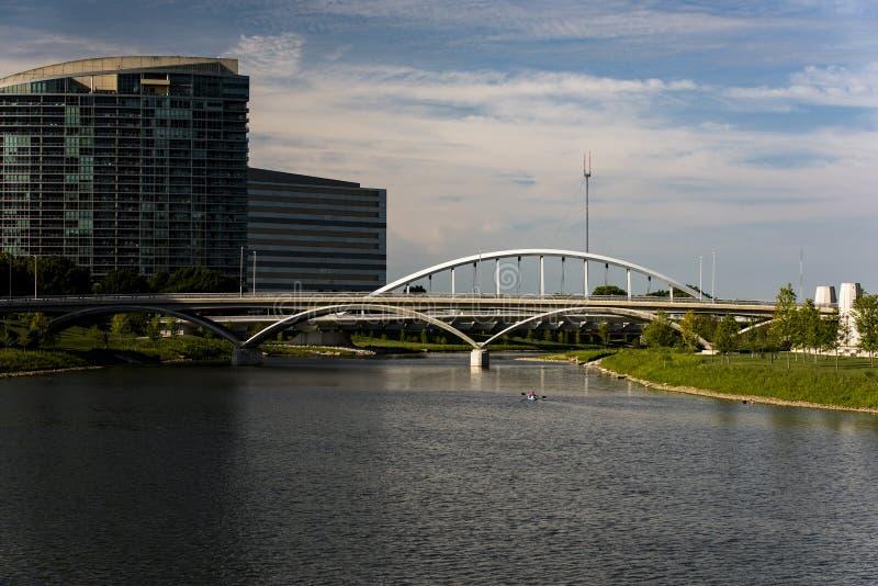 Bogactwa & głównej ulicy łuku most Kolumb, Ohio - Scioto rzeka - zdjęcia stock