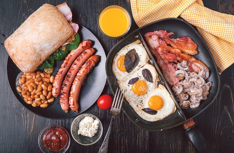 Bogactwa i kalorii śniadanie dla dwa zdjęcia stock