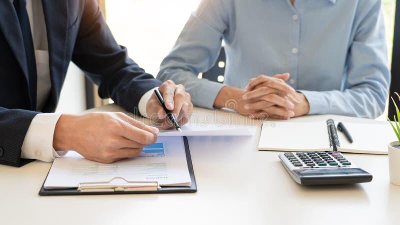 Bogactwa zarządzania pojęcie, biznesowy mężczyzna i drużynowy analizuje sprawozdanie finansowe dla planować pieniężną klient skrz zdjęcie stock