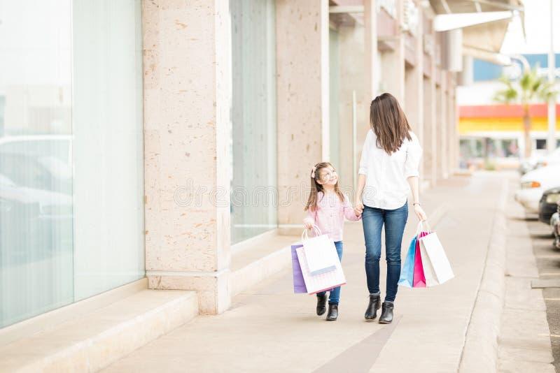 Bogactwo córka na wypad do sklepów i matka fotografia stock