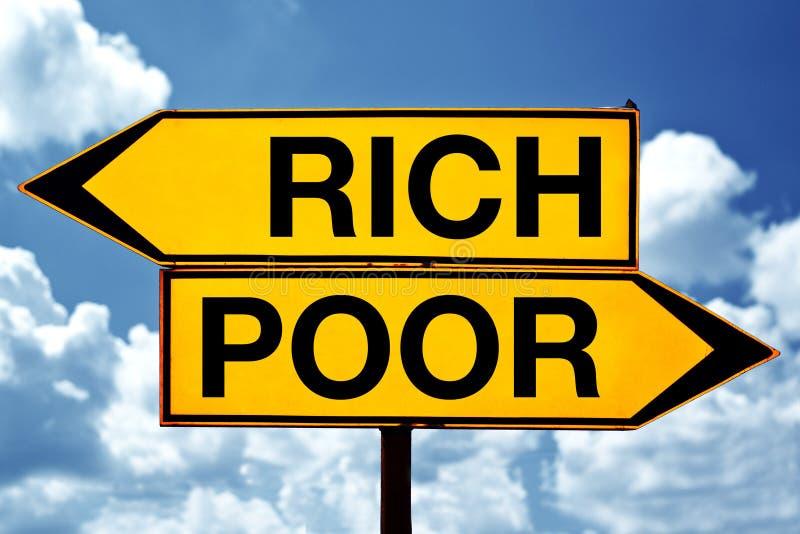 Bogactwo lub bieda, naprzeciw znaków zdjęcia stock