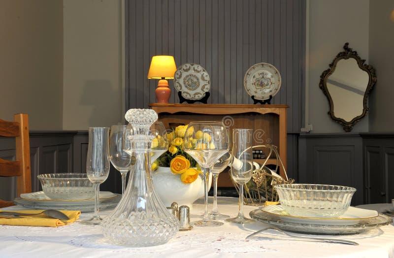 Bogactwo setu stół gotowy dla gościa restauracji zdjęcia stock