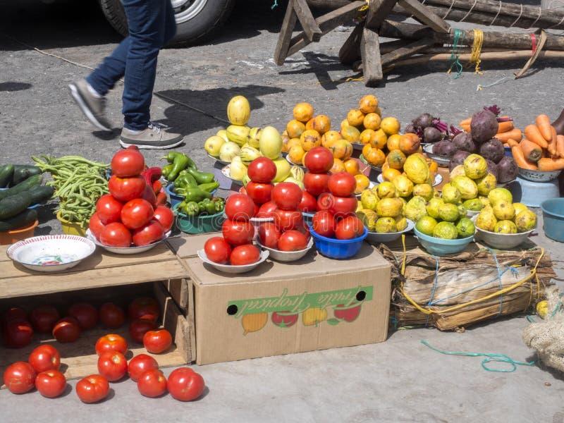 Bogata oferta owoc, warzywa i mięsa, Quito rynek, Quito, Ekwador zdjęcie stock