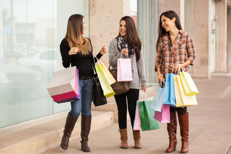 Bogate młode kobiety robi zakupy przy centrum handlowym obrazy stock