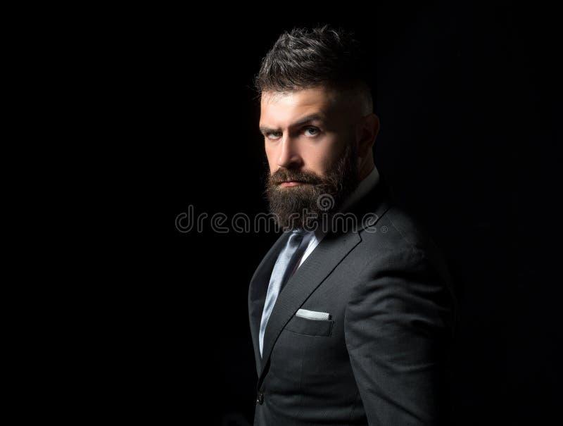 Bogatego człowieka model biznesowy pojęcie odizolowywający mężczyzna biel Biznesmen w zmroku popielatym kostiumu z długą brodą Mę zdjęcia royalty free