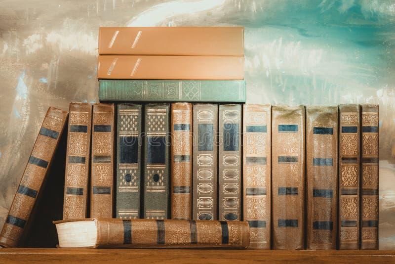 Bogato dekorować pojemność książki z złocistym literowaniem na b fotografia stock