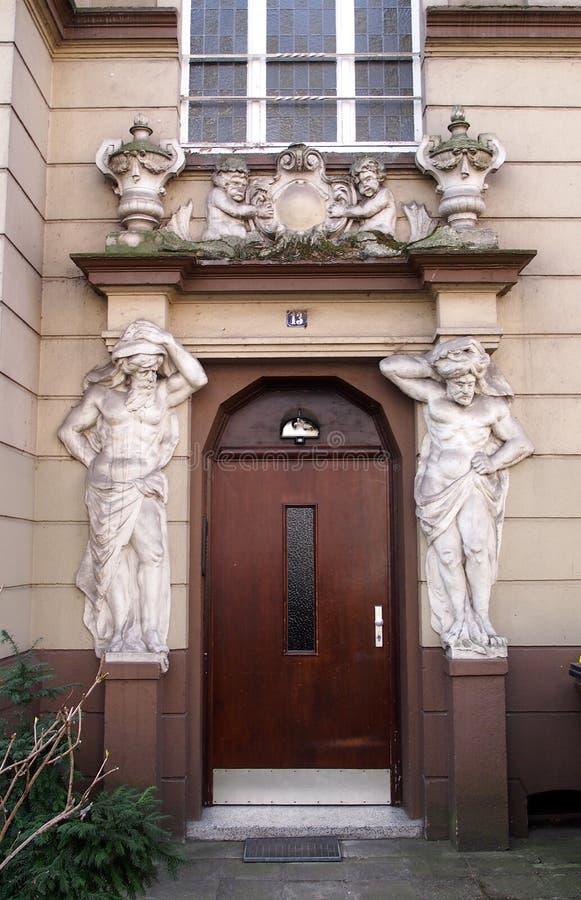 Bogato dekorujący dzwi wejściowy w Dortmund, Niemcy zdjęcia royalty free