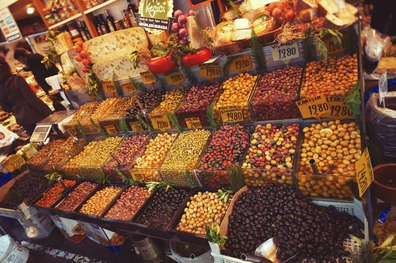 Bogaty asortyment kiszone oliwki w sklepu spożywczego rynku w Istanbuł obraz royalty free