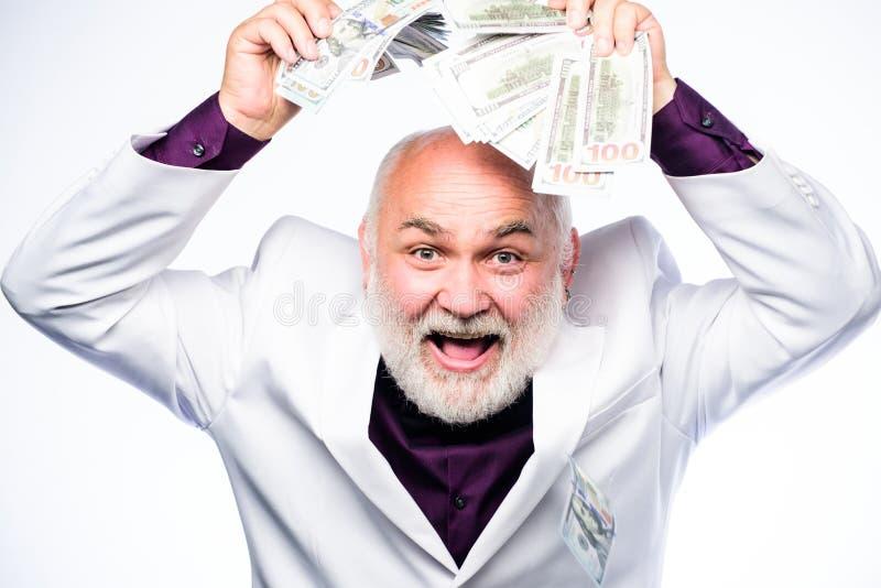 Bogaty dziadunio Pomyślny szczęsliwy biznesmen Starszego mężczyzny emeryta chwyta gotówki pieniądze Zarabia pieniądze zysk Bankow obraz stock