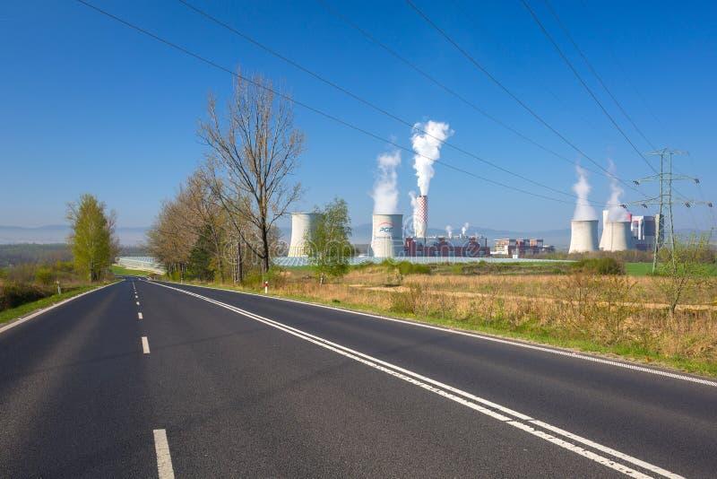 Bogatynia, Polônia - 20 de abril de 2019: Central térmica de Turow em Bogatynia, Polônia Este é o poder térmico moderno de carvão imagem de stock royalty free
