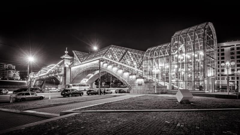 Bogdan Khmelnitsky-Brücke nachts in Moskau lizenzfreies stockfoto