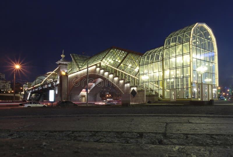 Bogdan Khmelnitsky Bridge, ook als de Voetbrug die van Kievsky wordt bekend 's nachts het Vierkant van Europa Moskou, Rusland royalty-vrije stock foto