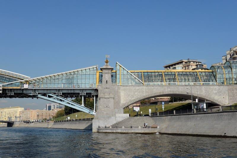 Bogdan Khmelnitsky-Fußgängerbrücke über dem Moskau-Fluss lizenzfreie stockbilder