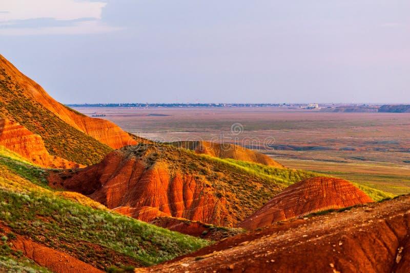 ?bogdo? 在倾斜神圣的山的红砂岩露出在里海干草原博格多- Baskunchak自然保护, 库存图片