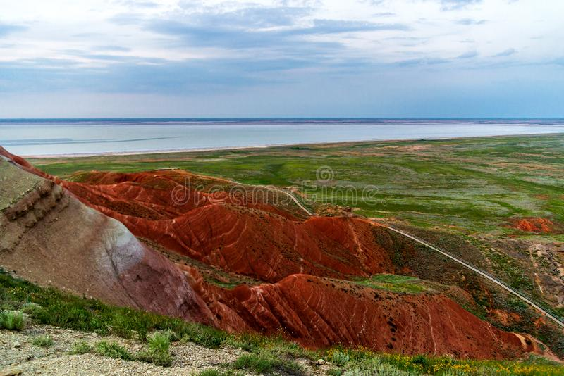 ?bogdo? 在倾斜神圣的山的红砂岩露出在里海干草原博格多- Baskunchak自然保护, 免版税图库摄影