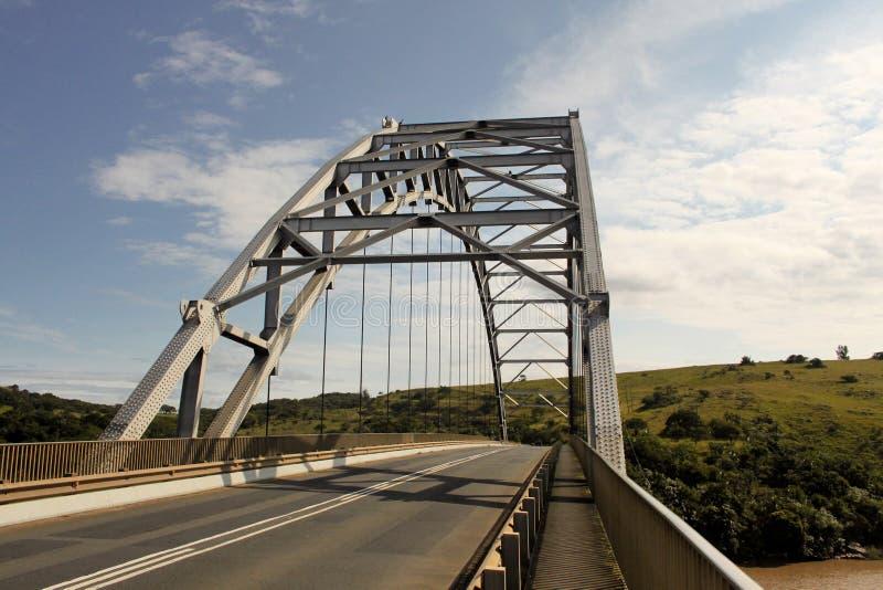 Bogen-Brücke über Mtamvuma-Fluss lizenzfreie stockbilder