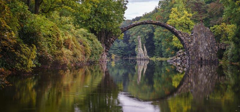 Bogen-Brücke in Kromlau, Sachsen, Deutschland Bunter Herbst in der Mikrobe lizenzfreie stockfotografie