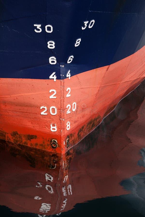 Bogen des Frachtschiffs mit Entwurfsskalanumerierung stockfotos