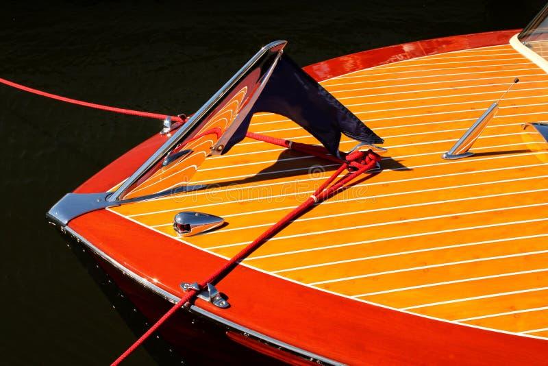 Bogen des hölzernen Bootes der Weinlese mit crome reflektierenden hölzernen Streifen - Rot und Gelb lizenzfreie stockbilder