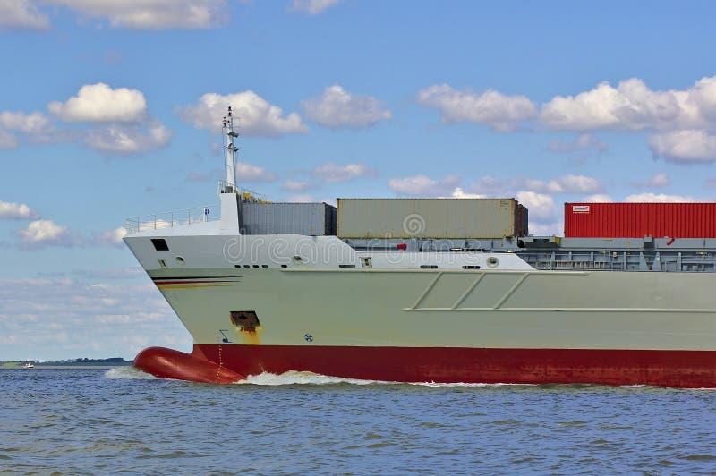 Bogen eines Frachtschiffs mit voller Geschwindigkeit stockbilder