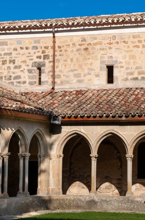 Bogen en muren op St Hilaire abdij in Aude stock afbeelding